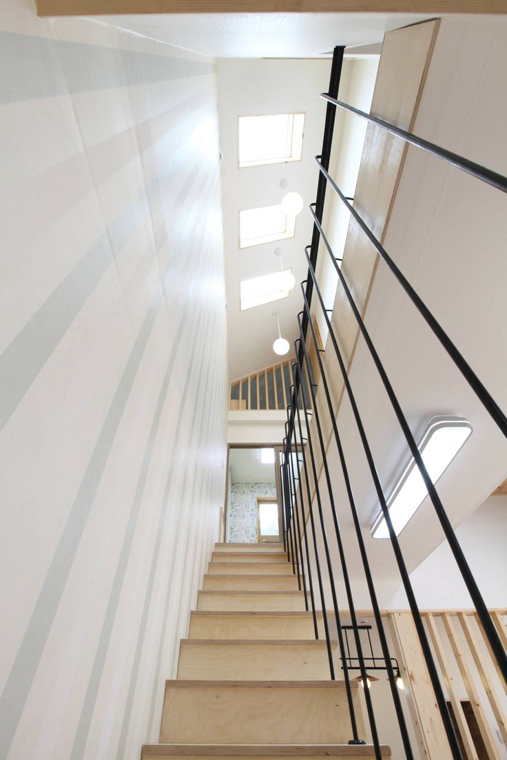 천창빛이 쏟아지는 계단 : 모던스타일 복도, 현관 & 계단 by 홈스타일토토