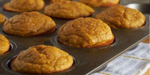 Recept Pompoen muffins. Meng de pompoen, aardappel, zoete aardappels, olie, het zeezout en de helft van de rozemarijn in een bakblik door elkaar en bak ze 20 minuten op 220ᵒC Parmezaanse kaas #pompoen #muffin
