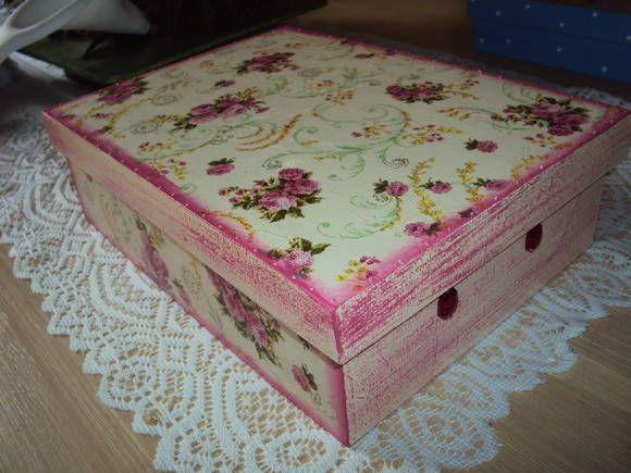 Caixa em mdf com decoupage floral e seis divisórias. Serve como porta bijus ou porta chá. Aplicação de pedras nas laterais. R$ 30,00