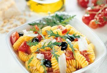 Recept koude pastasalade met tomaatjes, rucola en pijnboompitten - Solo
