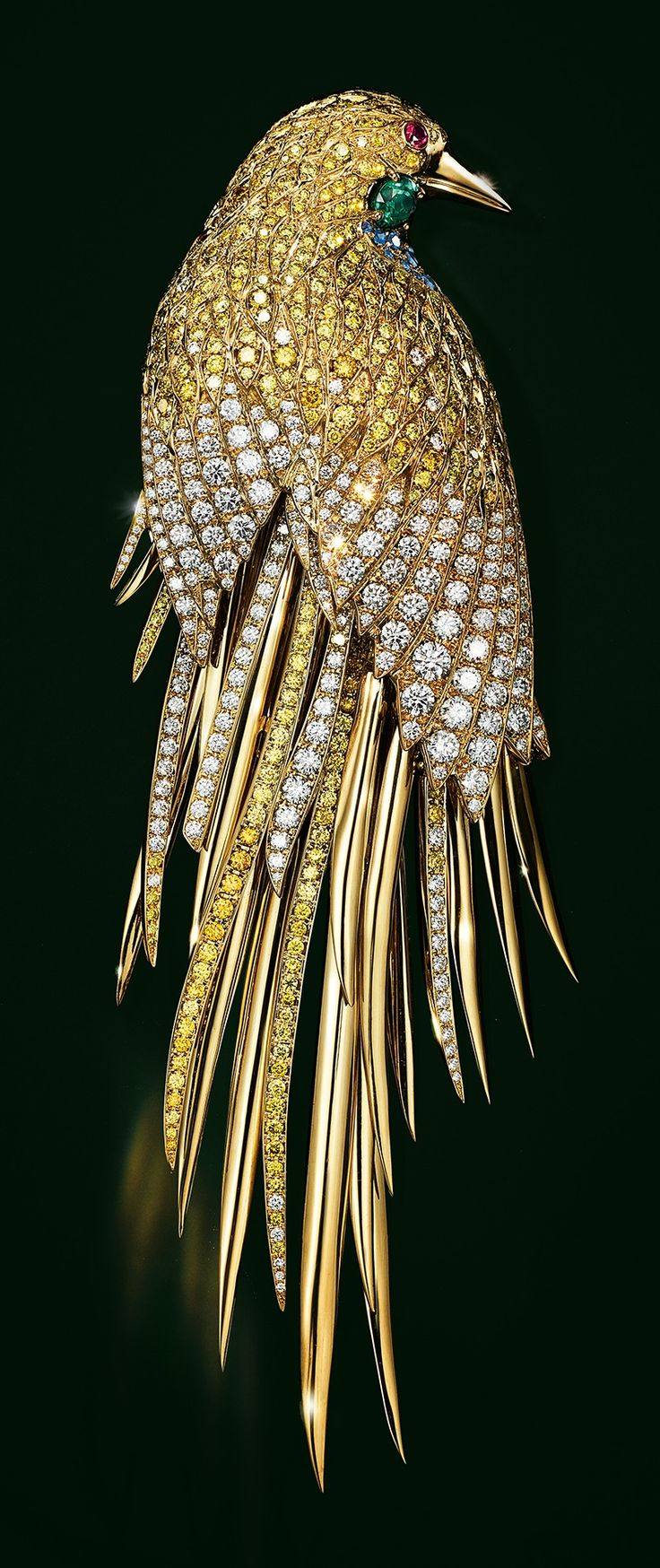 Brooch in 18k gold with yellow and white diamonds, sapphires, emeralds and spinel.