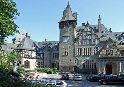 Merajut Mimpi di Hotel Kastil