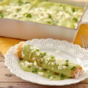 Enchiladas de Pollo con Salsa de Aguacate Aquí hay una manera más saludable de disfrutar de las enchiladas, con una abundante y sabrosa salsa preparada con aguacates frescos.
