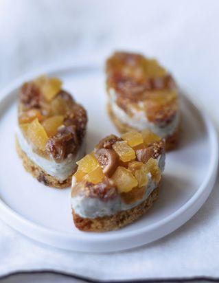 Calissons de roquefort aux fruits secs - 100g de roquefort - 2 c. à soupe de mascarpone - 10 tranches de pain d'épices - 6 abricots secs - 3 figues sèches