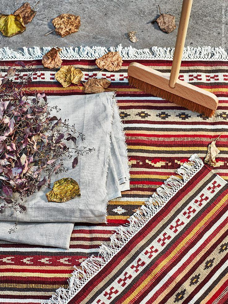 Mattan KATTRUP är handvävd och finns i två färger, en av dem är denna i höstens varma toner.