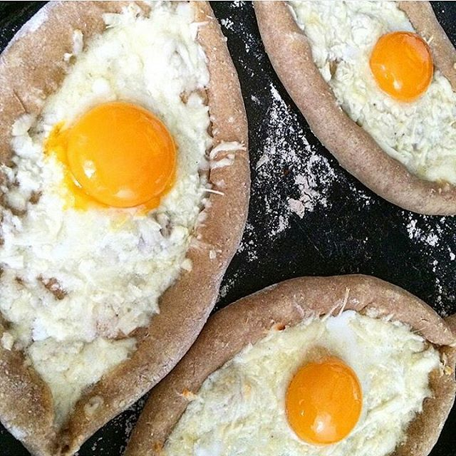 Красота от @annamolodyko по моему рецепту 💚 #ппхачапури_по_аджарски  много букв, но всё просто👍 Для теста: 🔸200 г творога 🔸1 яйцо 🔸6-7 ст.л. любимой муки (у меня  гречневая+цельнозерновая пшеничная) 🔸соль Начинка: 7 перепелиных яиц, сыр  Смешать творог с яицом и солью, добавить муку. Разделить тесто на 7 частей. Обвалять руки в муке, слепить из каждой части шарик, если тесто прилипает, добавьте ещё муки, сформировать лодочки, сделать углубление. Поместить на смазанный или выстеленный…