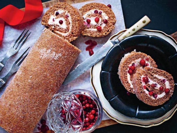 Pepparkaksrulltårta med syrliga och fräscha smaker! Försvinnande god till advent, jul eller nyår. Receptet på Roy Fares rulltårta hittar du här.