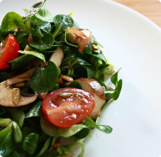 Schneller Feldsalat mit Tomaten, Champignons und Sonnenblumenkerne