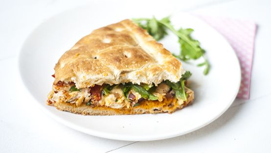 Gevuld turksbrood met pesto, kaas, turksbrood, rucola, kip, ui, kruiden, tomaat en komkommer. Lekker en simpel. Staat binnen 20 minuten op tafel.