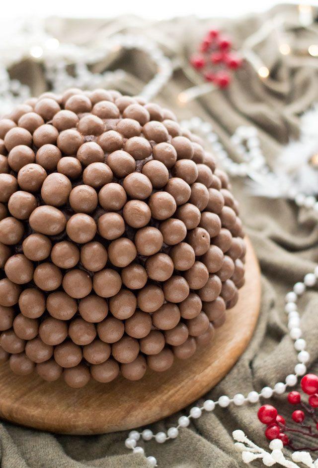"""IJsbombe met cake en Maltesers. Klinken termen als """"makkelijk"""", """"groots effect, weinig werk"""" en """"waanzinnig lekker"""", je goed in de oren? Lees dan snel meer over dit makkelijke toetje voor de kerst."""