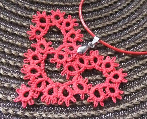 Red tatted heart necklace.  Hecho con la tecnica de fibrolite