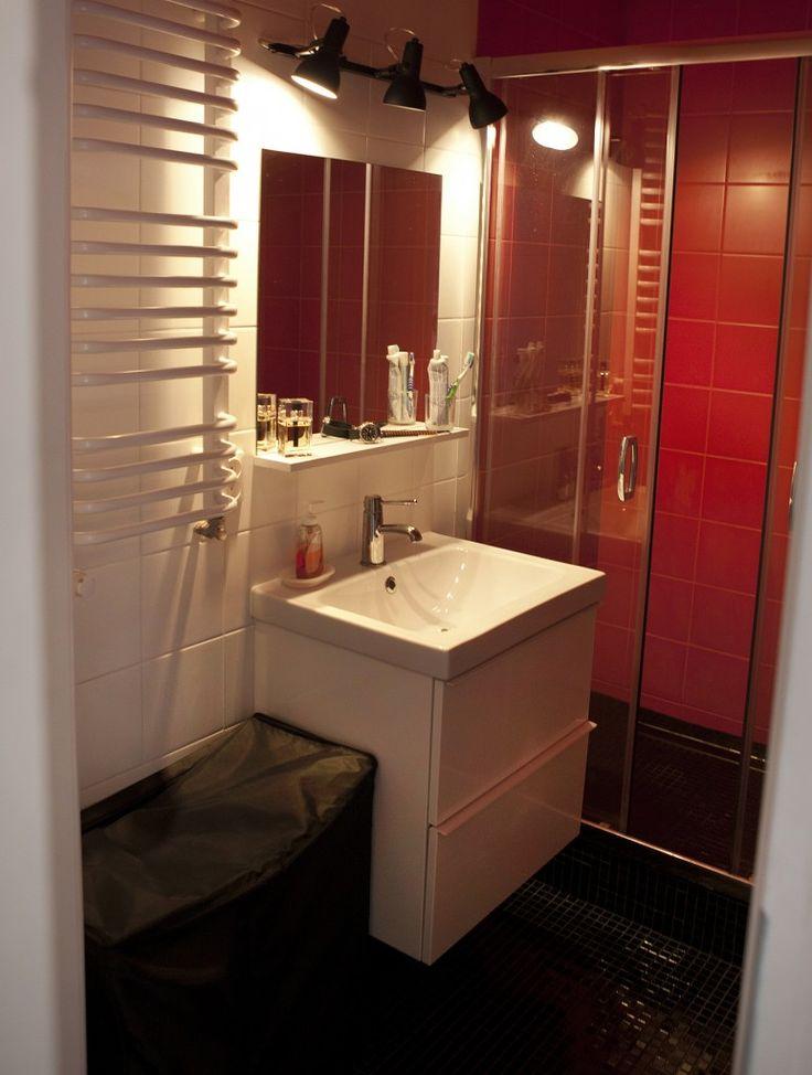 łazienka w trzech kolorach - biel, czerwień i czarny
