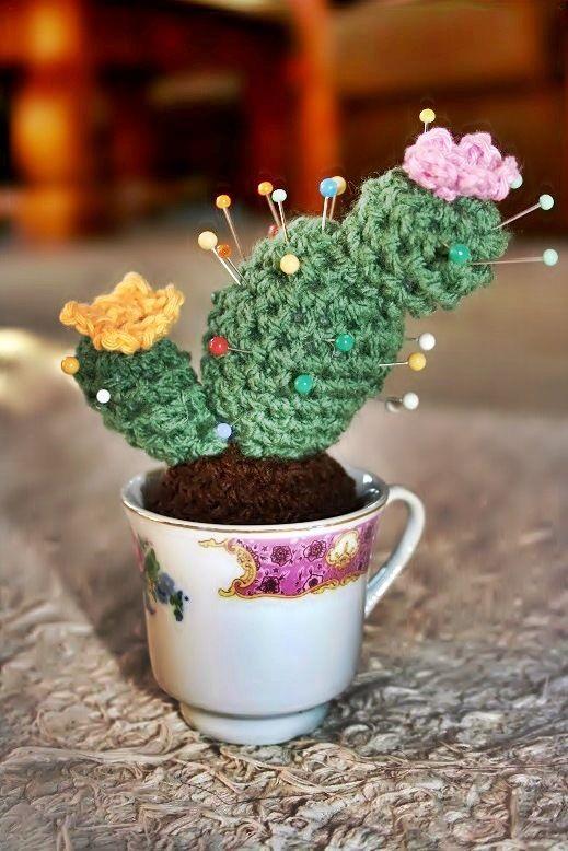 Ha mindíg sikerül eltenni láb alólmég a legszívósabb szobanövényeket is, vagy csak szeretnél egy dekoratív, vicces és tartós növényt ajándékozni magadnak vagy barátaidnak, akkor ez a horgolt kaktusz ideális választás. Szuperül mutat minden kicsi fénytelen helyen, nem szúr és nem is mérgező, így…