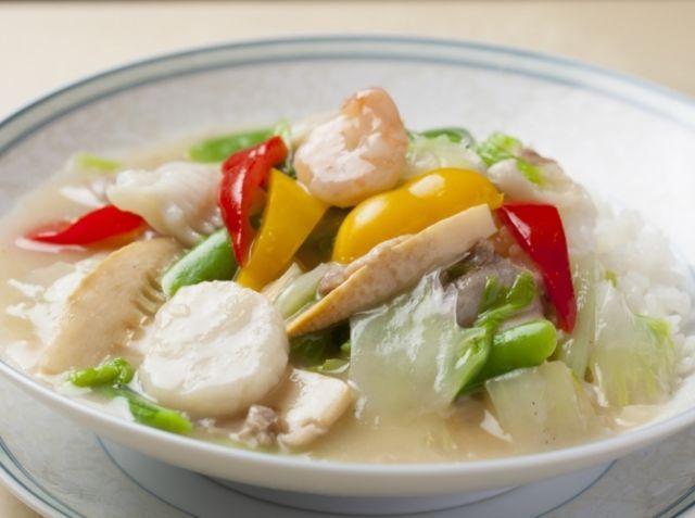 中華丼 - 中川 優シェフのレシピ。下味を入れ、炒めたら一度取り出すことで、海鮮を柔らかく仕上げます。 サッパリとした塩味の味付けですが、豚バラ肉で味をだします。