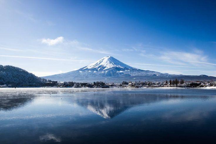 C'est la première fois en plus de 50 ans qu'il neige au #Japon en novembre dans le centre du pays. Évidemment c'est le jour que j'ai choisi pour aller voir le #mont #Fuji. Bon... voir est un grand mot parce qu'à mon arrivée je voyais à peine le bout de la rue... Mais le lendemain matin: surprise! Il faisait tellement beau qu'on voyait même le #sommet de la #montagne! J'ai enfilé mes chaussures (d'été) et j'ai couru dans la neige encore fraîche pour aller capter quelques photos de l'autre…
