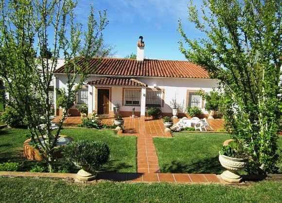 ARACENA. Casa rural Villa Hortensias. Dispone de tres dormitorios, salón comedor con chimenea, cocina, baño completo, porche y patio. Se encuentra en una parcela ajardinada de 1.600 m. con piscina privada rodeada de césped, aseo exterior y huerta con árboles frutales. Situada a pie de carretera, con buen acceso y en una zona de bonitos paisajes. #Huelva  http://www.fotoalquiler.com/villahortensias