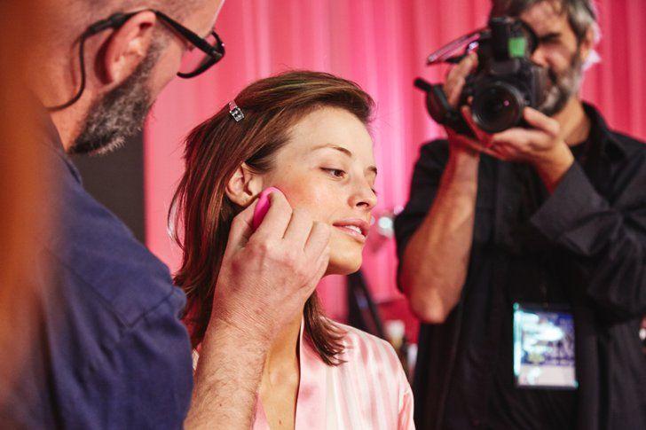 Pin for Later: So erzielt man in wenigen Schritten das Makeup der Victoria's Secret Models Die Farbe verlieh sofort den Wangenknochen eine frische Note.