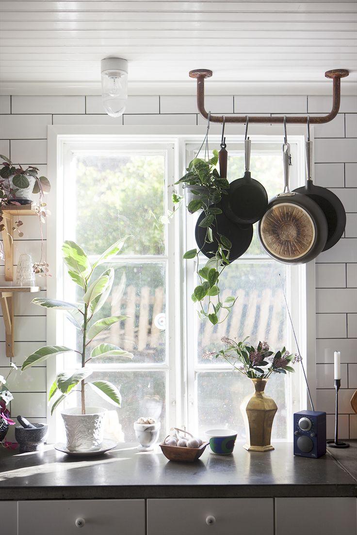 Länge har jag drömt om en kastrullhängare i köket. Jag har blivit inspirerad av bilder på franska lantkök där de ibland täcker hela fönstren. Så vackert!