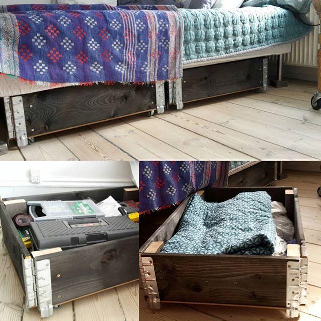 Så gik jeg i handy-mode igen og lavede opbevaring under seng af halve pallerammer #diy #palletfurniture