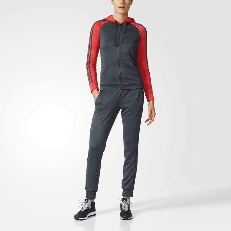 Hold fokus på spillet. Denne træningsdragt til kvinder holder dig veltilpas, når du gør dig klar eller køler af. De slanke bukser med smalle ben har åbne sømme for at ventilere bedre, og hættetrøjen har detaljer i form af de velkendte 3-Stripes ned ad ærmerne.