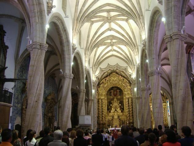 Interior de la Iglesia de Santa Maria Magdalena con sus columnas manuelinas y su azulejería.