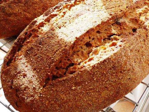 Хлеб я начала печь несколько лет назад от безысходности: не было больше никаких сил жевать покупные опилки... Первые попытки были плачевными на вид и не более…
