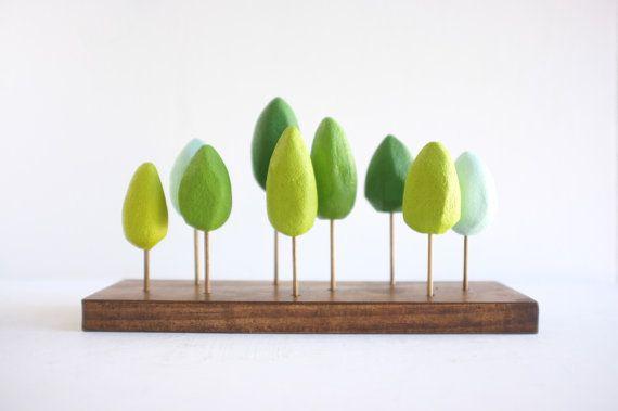 Foresta di primavera in miniatura nei toni del verde  di 2of2