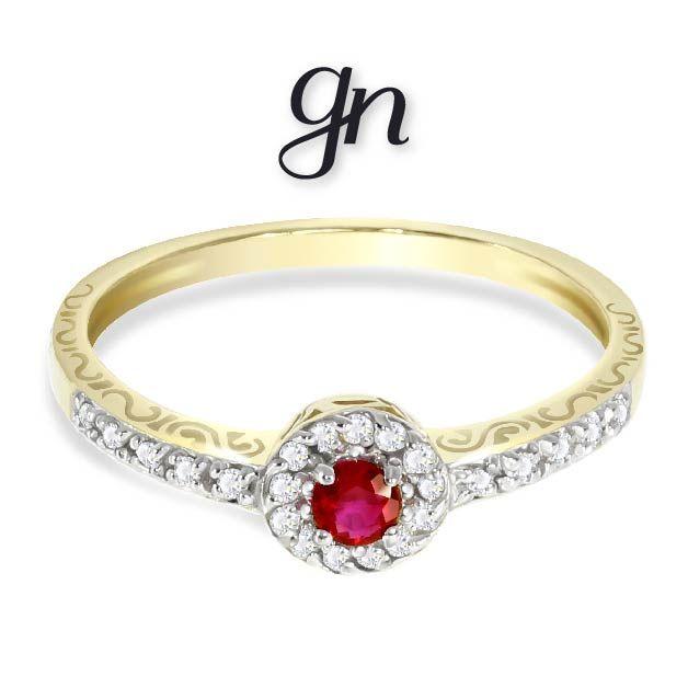 Anillo de oro 14k estilo clásico, banda con diamantes y rubí en piedra central.   Conoce más. facebook.com/joyeriagn/