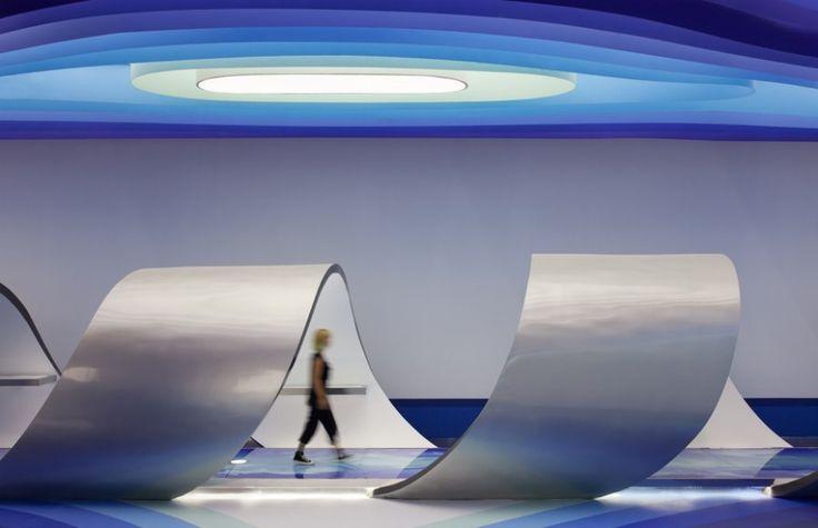 La société high-tech chinoise, Cloud DCS, a missionné l'architecte italien Alberto Puchetti, au travers de son studio Arboit basé à Hong Kong, de réaliser son siège social.  Le bâtiment de 2000 m2 abrite les serveurs mais également toute l'infrastructure commerciale et développement de l'entreprise. Le design se veut résolument moderne voire même futuriste. Les visiteurs ainsi que les équipes sont plongés dans une atmosphère de vaisseau spatial baigné de lumière artificielle. Un design et...