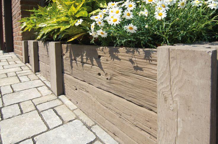 Bradstone-LogBorder ist ein praktisches Pfostensystem in täuschend echter Holzoptik für eine rustikale Terrassengestaltung. Zusammen mit den LogSleeper-Terrassenplatten lassen sich erfreulich leicht und schnell Abgrenzungen, Einfassungen, kleine Geländeabfangungen oder Hochbeete errichten.