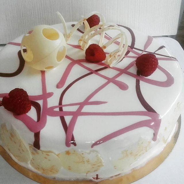 Малина-анис, белый шоколад, кедровые орешки - торт-наслаждение! #подарок #тортназаказ #тортбезмастики #заказторта #муссовыйторт #евроторт