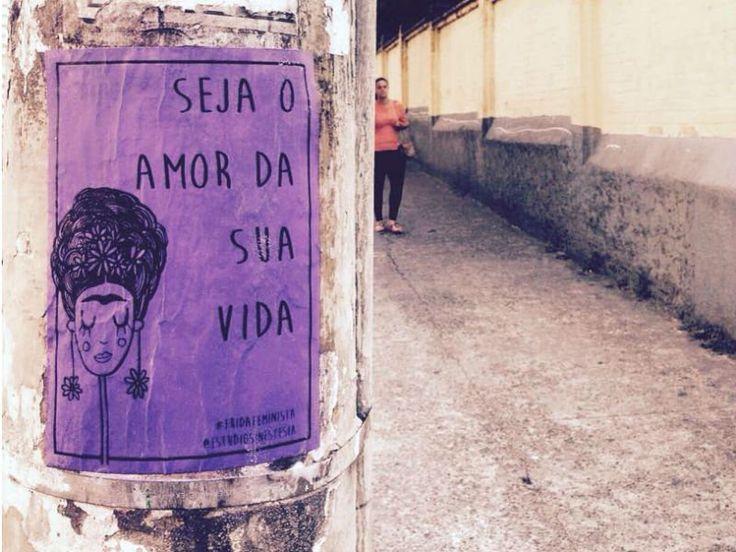 Se você andar pelas ruas de Perdizes, na zona oeste paulistana, vai se deparar com lambe-lambes feministas colocados em muros e postes da região. Nos cartazes espalhados pela cidade, uma ilustração com a artista mexicana Frida Kahlo vem ao lado de frases direcionadas às mulheres. A ideia integra o projeto #fridafeminista, criado pela estudante de arquitetura Lela Brandão, do 'Estúdio Sinestesia'.