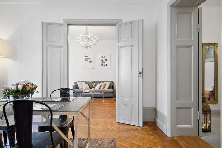 Jag har ju alltid tyckt att det ärfint med lite ljust brutna gråa väggar eftersom det bryter av snyggt mot krispigt vita lister, dörrar och styckaturer. Här har