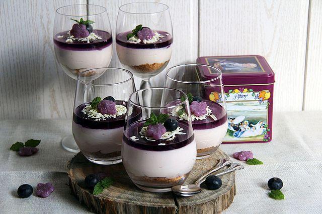 Vasitos de mousse de queso y gelatina de caramelos violetas