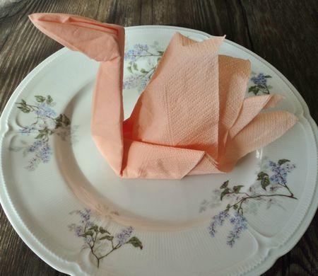Le pliage en images des serviettes en papier pour obtenir un cygne à poser sur votre table dans chacune des assiettes des convives.