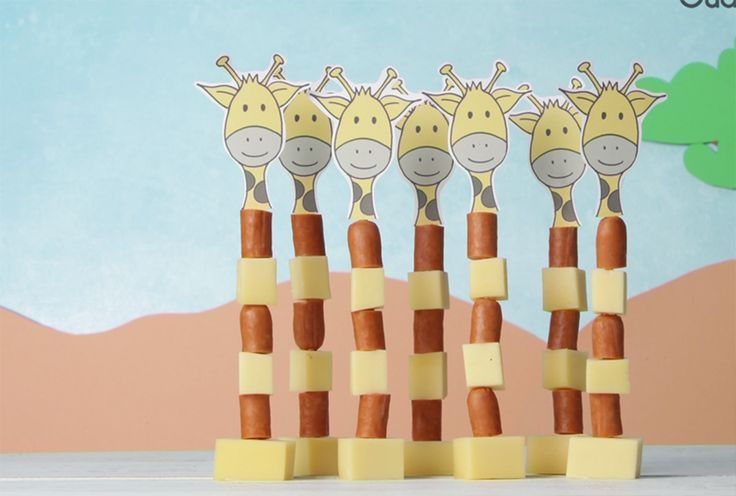 Op zoek naar een lekkere én gezonde traktatie voor een kinderfeestje of om mee te nemen naar school?Deze party giraffen gemaakt van kaas en worst zijn leuk en schattig. Zoete traktaties zijn natuurlijk heerlijk, maar niet iedereen zit hier op te wachten. Deze hartige giraffen zijn zo gemaakt en zien er, zo op een rijtje, heel gezellig uit. Welkom in de dierentuin! Bekijk de video:  Dit heb je nodig:  Knakworsten Plat stuk 20+ kaas Satéprikkers Afbeelding van een giraffenhoofd (zelf maken of…