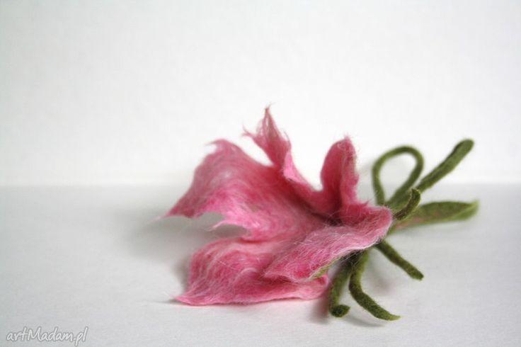 Butonierka- różowy kwiat z wełny czesankowej