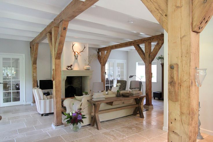 Resultaat na het verbouwen van de oude boerderij. Het landelijke interieur biedt veel licht en ruimtelijkheid.
