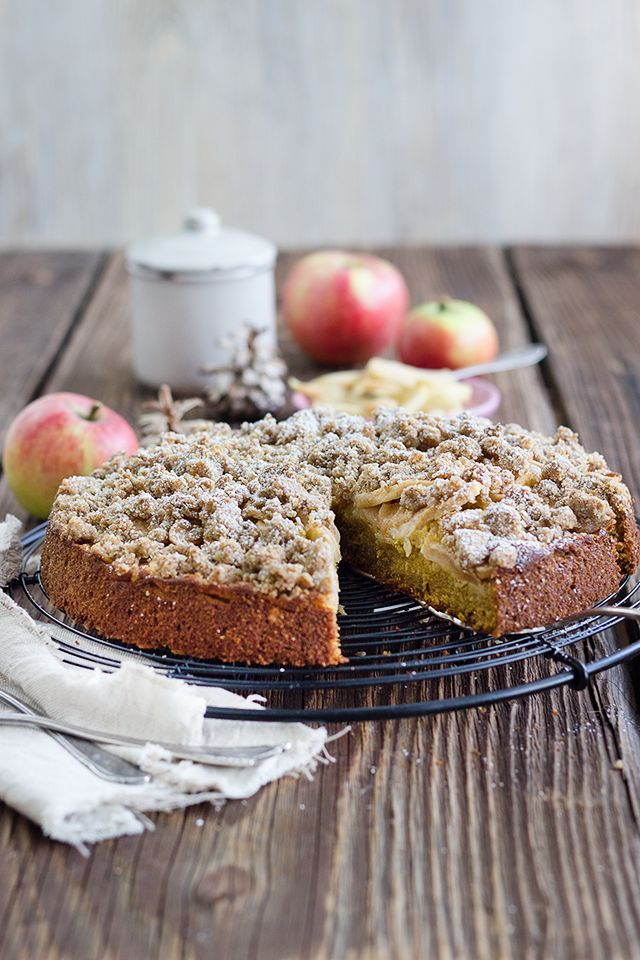 Herbstkuchen mit Vollkornmehl, Haferflocken, Kürbispüree und Äpfeln. Dazu Vanille, Zimt und Kardamom.