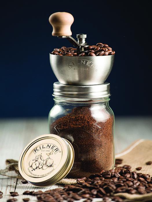 Rien de meilleur qu'un café fraîchement moulu... Avec ce moulin à café en verre Kilner, vous pourrez moudre votre café à la main mais aussi le conserver dans le bocal en verre. Le mécanisme est en acier de haute qualité. Couvercle hermétique fourni afin de conserver votre café. Ce moulin à café est présenté dans un coffret. Moulin à café Kilner.