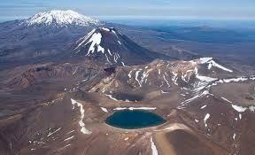 Tongariro National Park – Nuova Zelanda - i tre vulcani  Le vette delle montagne sono considerate sacre dai Maori. Per evitarne lo sfruttamento da parte dei coloni europei, 1887 il capo maori Te Heuheu Tukino IV donò il cuore di quello che oggi è il parco all'Impero britannico a patto che vi venisse istituita un'area protetta. Questa regione,  troppo piccola per un parco nazionale  quindi vennero acquistati ulteriori territori confinanti. Nel 1894 nacque così il Tongariro National Park,