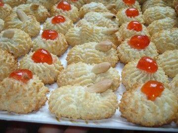 Ecco la ricetta dei pasticcini di pasta di mandorle. Biscottini friabili, morbidi, super gustosi e colorati. Questa è una delle ricette bi...