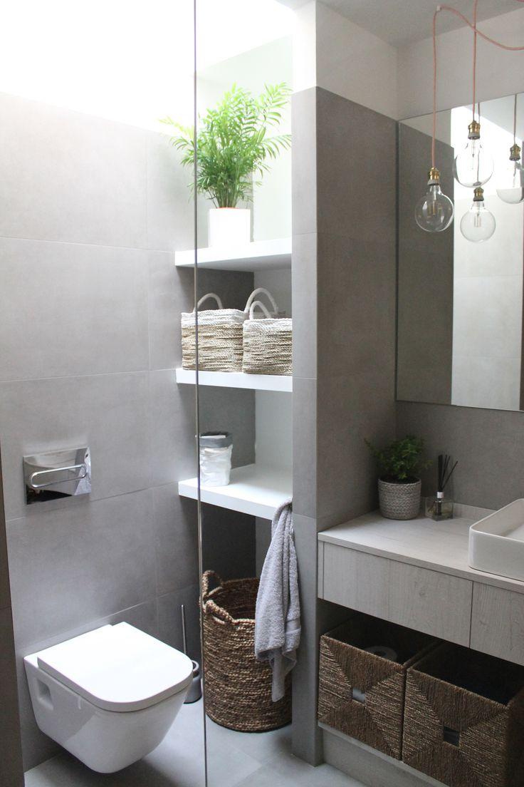 Baño con baldas en gris y blanco, y mampara transparente