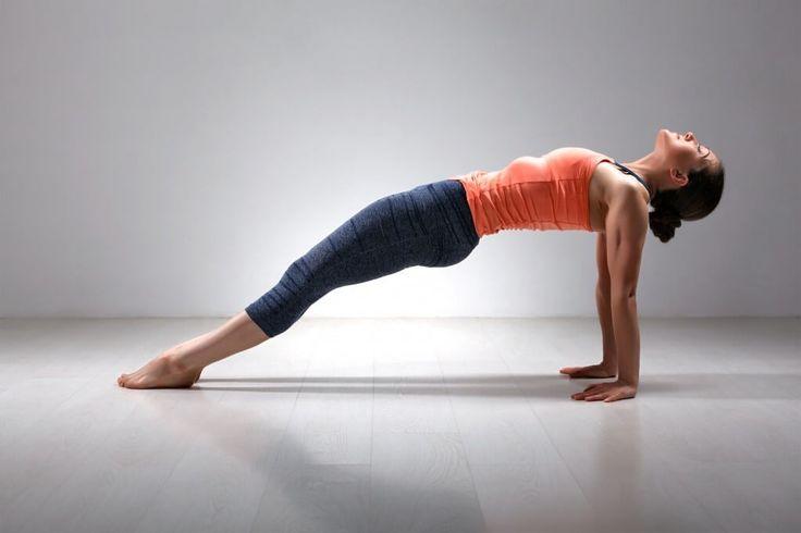 Обратная планка – один из вариантов классического упражнения, который позволяет укрепить мышцы живота, рук, спины, бедер. Техника выполнения и польза обратной планки.