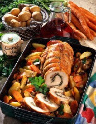 Putenrollbraten mit Kartoffel-Möhren-Gemüse Rezept - LECKER.de