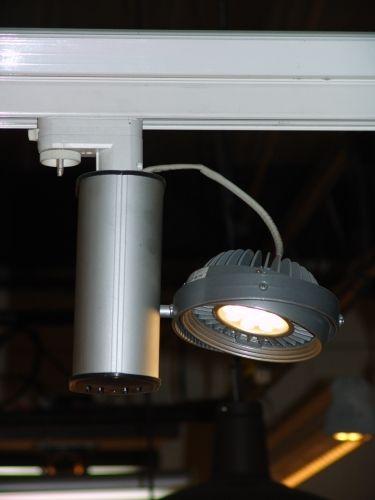 Luminaria dirigible para sobreponer o instalar en riel, cuerpo en extrusion de aluminio anodizado natural, tecnologia descarga ceramica , halogena o led, para fijacion en superficie o en riel electrico
