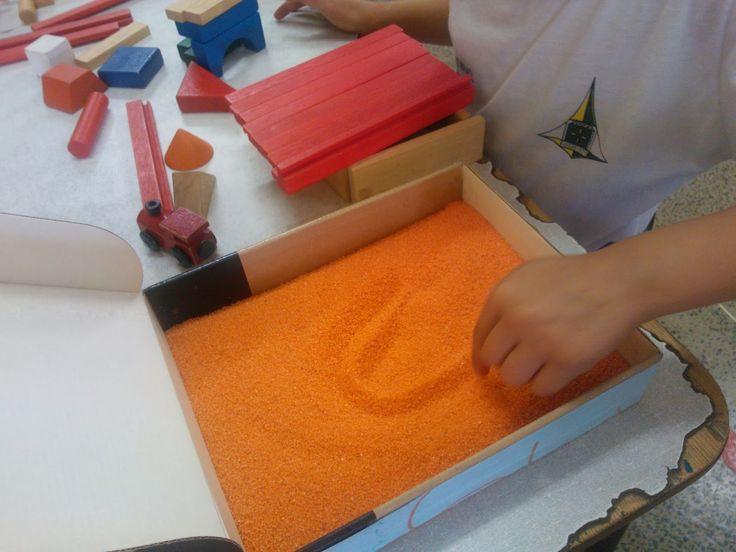 Depois que comecei a usar a caixa de areia em sala de aula, as crianças têm tido ótimos resultados com a escrita.   A cada nova letra que é...