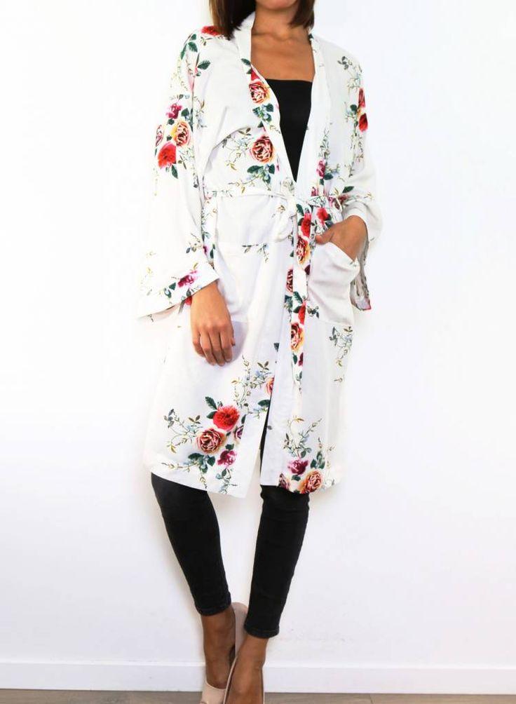 MARDIYAH brengt je stijlvolle bedekkende kleding om er dagelijks weer stralend uit te zien, zoals abaya, hijab, maxi jurk met mouw, maxi rok, kimono, vest, jas.