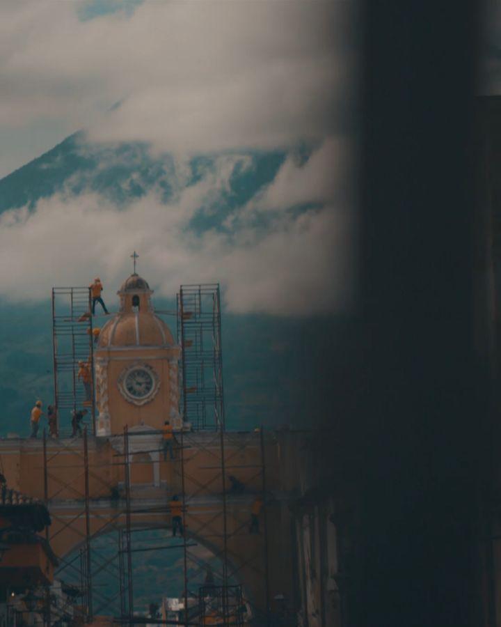 Suenan las campanas hablan las paredes huelen sus colores vuelan las palomas y el sol se posa en la cúspide de la iglesia. Antigua Guatemala es un regalo histórico que tenemos en Guatemala rodeada por volcanes que resguardan a sus habitantes y enamoran a sus visitantes.  #Escritoestá: Tu pueblo reconstruirá las ruinas antiguas y levantará los cimientos de antaño; serás llamado reparador de muros derruidos restaurador de calles transitables - Isaías 58:12 NVI  #PorSuPerfectoAmor…