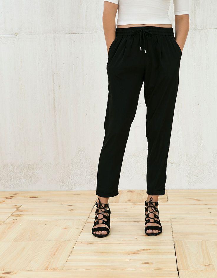 Spodnie o kroju baggy ściągane sznurkiem.  Odkryj to i wiele innych ubrań w Bershka w cotygodniowych nowościach